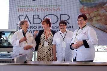 Carmen Alcaraz junto a las tres homenajeadas. Fotos: Sergio G. Cañizares