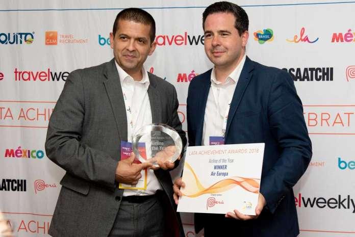 Premios LATA. Alvaro Florez, Sales Manager de Air Europa en UK y Colin Stewart director de Air Europa en UK, con el galardón. foto: Globalia comunicación