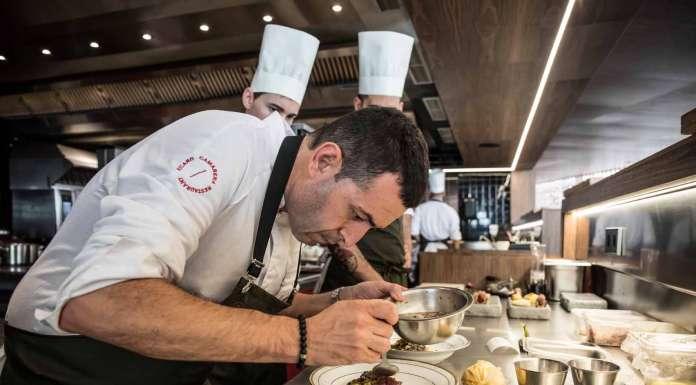 Ricard Camarena preparando uno de sus platos en el restaurante que lleva su nombre.
