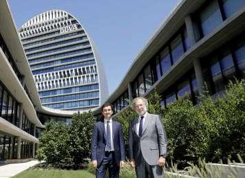 Ricardo Forcano y Javier Uriarte, tras la firma del contrato PPA.