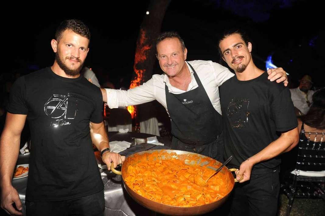 Los chefs del restaurante Da Vittorio de Bergamo con un plato de pasta. Stephano Tovatti