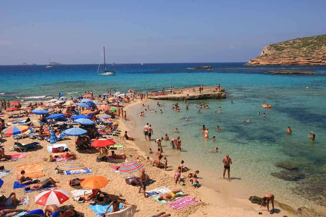 Playas de Ibiza y Formentera. Un día de playa en Platges de Comte, uno de los rincones más espectaculares que ofrece la costa pitiusa. JUAN A, RIERA
