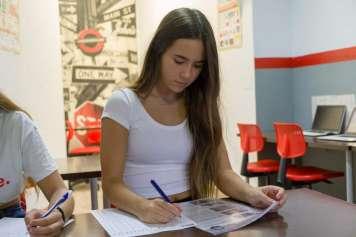 La Autoescuela Ibiza Conduce ofrece clases divertidas para que los alumnos aprendan a la vez que se divierten.