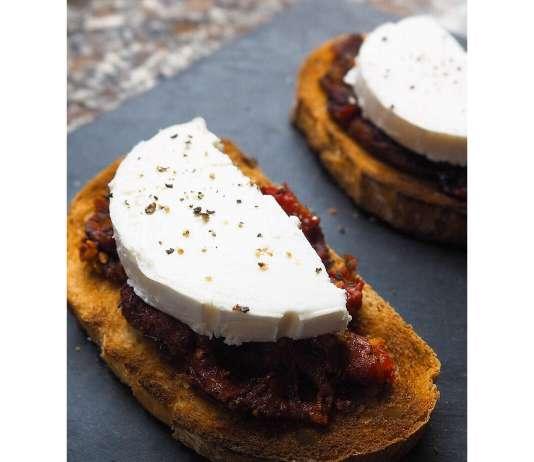 Tostada con tomate confitado casero y queso de cabra. Foto: @puredepalabras