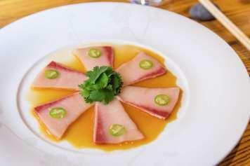 El restaurante Nobu ofrece auténticos platos de la gastronomía japonesa, como sashimi de pez payaso.