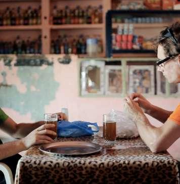 Vívete Ibiza. Fotograma del documental 'La sonrisa verdadera', que cuenta el viaje en bicicleta a Marruecos de los dos hermanos.