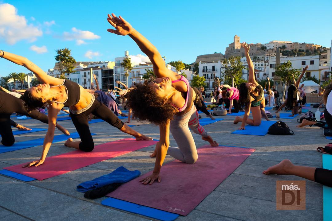 Clase maestra de yoga en el puerto.