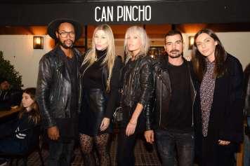 Carlos Santacruz, en esta imagen, es el propietario de Can Pincho, un experto interiorista y autor de la decoración de este espacio gastronómico.