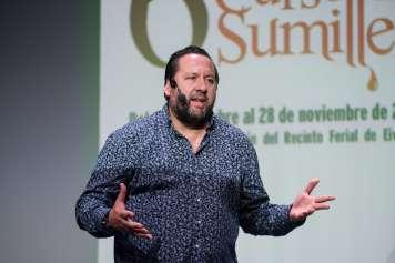 El gerente de Enotecum, junto con otros seis profesores procedentes de toda España, imparte las clases presenciales del VI Curso de Sumiller en Ibiza.