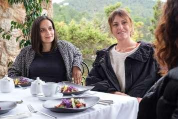 Tres de las protagonistas comparten ideas alrededor de una mesa en la terraza de HOYO19.