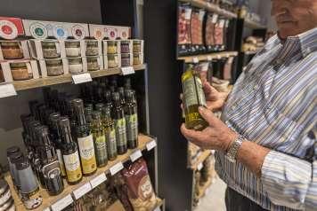 Se venden productos locales como el aceite Joan Benet.