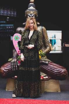 La 'hostess' Eva Navarro ante la figura de Budha.