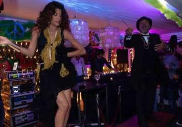 Horacio dirige el ambiente y el baile.