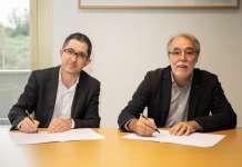 Roberto Martín Basso, de Palladium Hotel Group, y Joxe Mari Aizega, de Basque Culinary Center, firman el acuerdo.