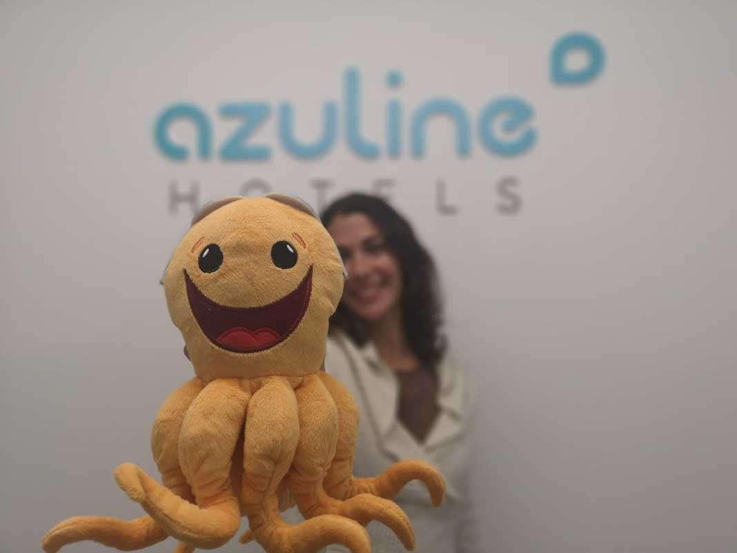 Azuline ha donado a Cruz Roja muñecos de peluche, yoyós y huchas de colores.